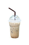 与秸杆的被冰的咖啡在白色隔绝的塑料杯子 图库摄影