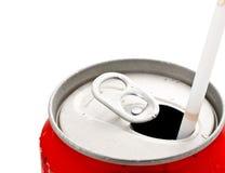 与秸杆的被开张的饮料罐头 库存图片