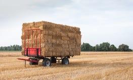 与秸杆程序包的农业无盖货车 图库摄影
