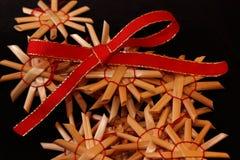 与秸杆装饰品的红色丝带 免版税图库摄影