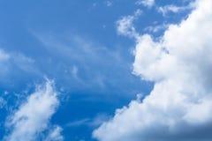 与移动与风的云彩的天空 图库摄影