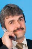 与移动电话的生意人 免版税库存图片