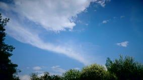 与移动的云彩的天空 股票录像