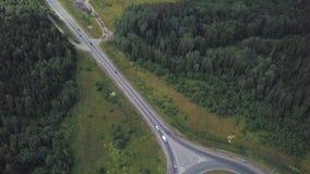 与移动的汽车的环形交通枢纽圈子在国家轨道的森林附近 夹子 鸟瞰图 股票录像