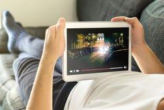 与移动设备的网上电影小河 免版税库存图片