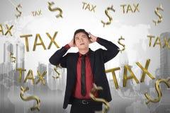 与税时间标志的失望亚洲商人 免版税库存图片