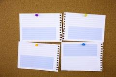 与稠粘的磁带的被排行的便条纸 在白色布告牌的纸片断,固定式的办公室和的事务,文本的空白的拷贝空间 库存图片