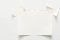 与稠粘的磁带,笔记本板料的被排行的便条纸 免版税图库摄影