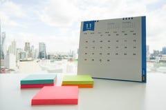 与稠粘的笔记的11月日历见面的 免版税库存照片