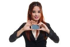 与空插件的年轻亚洲女商人微笑 免版税图库摄影