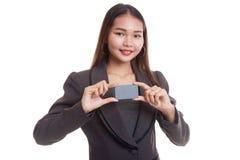 与空插件的年轻亚洲女商人微笑 图库摄影