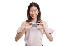 与空插件的年轻亚洲女商人微笑 库存图片