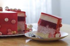 与空气baloons的自创红色生日蛋糕 切片一红色velv 免版税库存图片