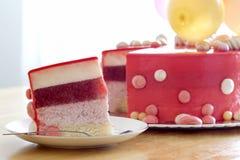 与空气baloons的自创红色生日蛋糕 切片一红色velv 图库摄影
