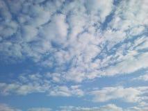 与空白云彩的清楚的蓝天 库存图片