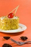与空白奶油的鲜美黄色螺母蛋糕。 免版税库存图片