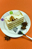 与空白奶油色层的鲜美棕色杏仁蛋糕。 免版税图库摄影