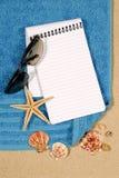 与空白的书的海滩场面 库存照片