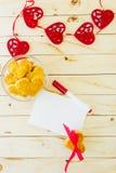 与空白的信件的以心脏的形式卡片和曲奇饼 免版税库存图片