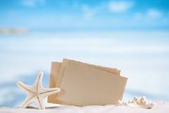 与空白的减速火箭的照片的白色海星在白色沙子靠岸,天空a 图库摄影