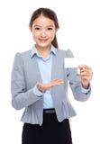 与空白的名片的女实业家展示 免版税库存图片