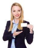 与空白的名片的白种人女实业家展示 免版税库存照片