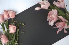 与空白的地方和花的平的位置构成 情书和婚礼装饰的浪漫照片背景 库存图片