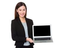 与空白的女实业家展示sceen膝上型计算机 库存图片
