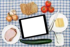 与空白的数字式片剂的早餐桌 免版税库存图片