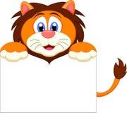 与空白的标志的逗人喜爱的狮子漫画人物 免版税库存图片