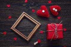 与空白的框架、礼物盒和心脏的背景在黑暗的w塑造 库存照片