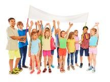 与空白的横幅的许多孩子立场 免版税库存图片