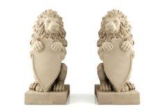 与空白的牌的双狮子雕象 免版税库存照片