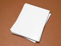 与空白的白页大模型的杂志封面在皮革基体 免版税库存照片