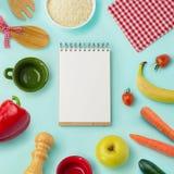 与空白的笔记本的食物背景 在视图之上 库存照片