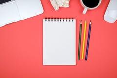 与空白的笔记本页, lapt的现代设计师办公桌桌 免版税库存照片