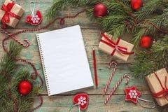 与空白的笔记本,冷杉的圣诞节背景分支, decorati 免版税库存照片