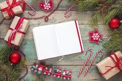 与空白的笔记本,冷杉的圣诞节背景分支, decorati 图库摄影