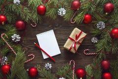 与空白的笔记本,冷杉的圣诞节背景分支, decorati 库存照片