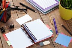 与空白的笔记薄和供应的办公室桌 免版税库存图片