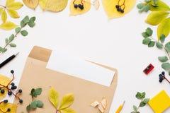 与空白的笔记,秋天框架的布朗信封 免版税库存照片