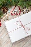 与空白的纸片的信封在圣诞节背景-冷杉分支、杉木锥体、红色丝带、甜点的星和心脏的 空间f 免版税库存图片