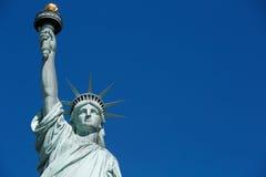 与空白的蓝天空间的自由女神像上部 库存图片
