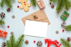 与空白的贺卡的圣诞节构成在框架由杉树制成分支,装饰和礼物盒 免版税库存图片