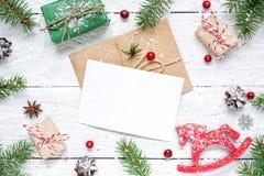 与空白的贺卡的圣诞节构成 杉树分支,马玩具、礼物盒和锥体框架 库存图片