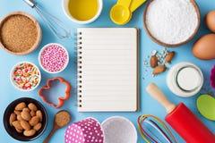 与空白的食谱书的烘烤成份 免版税图库摄影