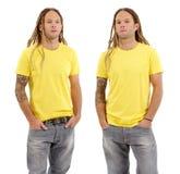 与空白的黄色衬衣和dreadlocks的男性 免版税库存图片