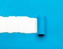 与空白空间的被撕毁的蓝纸您的消息的 免版税库存照片