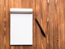 与空白纸笔记的和铅笔的广告牌在抽象空白的木背景中 免版税库存照片