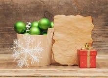 与空白葡萄酒纸张的圣诞节装饰 免版税图库摄影